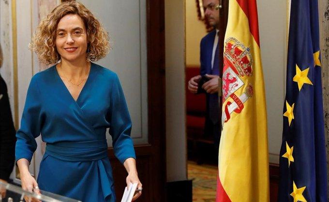 Meritxell junto a la, bandera de España..