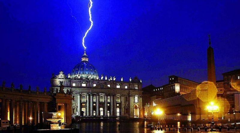 un rayo cayendo sobre la cúpula de San Pedro en el Vaticano durante un temporal el mismo día que Benedicto XVI sorprendió al mundo con su renuncia.