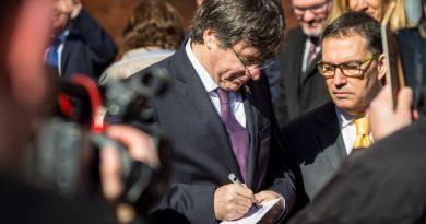 Carles Puigdemont junto a uno de sus abogados, Jaume Alonso-Cuevillas