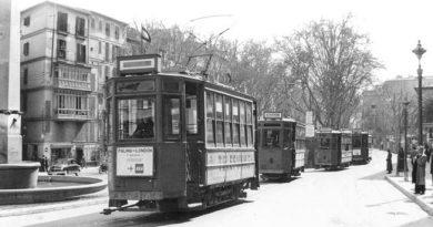 En la foto, cuatro tranvías en las Ramblas de Palma, junto a la famosa Fuente de las Tortugas; el tranvía que está en primer plano lleva delante un anuncio del vuelo regular de la BEA Palma-Londres