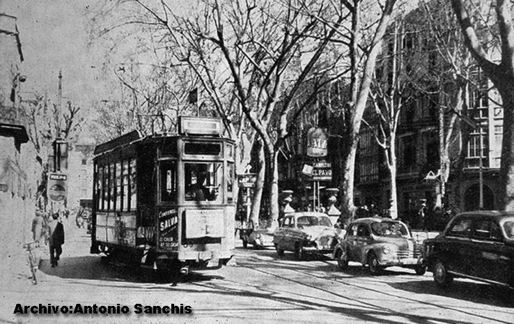 En la foto, aparcados junto al tranvía, dos Seat 1400 A, y un Renault 4 4 en medio; años 50