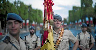Militares españoles de la BRILAT  en los Campos Elíseos