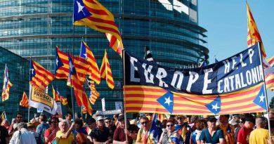 Miles de independentistas protestan ante la Cámara europea en Estrasburgo. Tan (auto) engañados, dejándose el tiempo y el dinero en el agujero sin fondo del procés... Y jaleando a caraduras cobardes está claro que han perdido el seny.