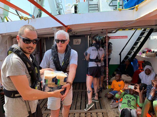 El actor Richard Gere visita a los rescatados del Open Arms para llevar víveres desde su yate