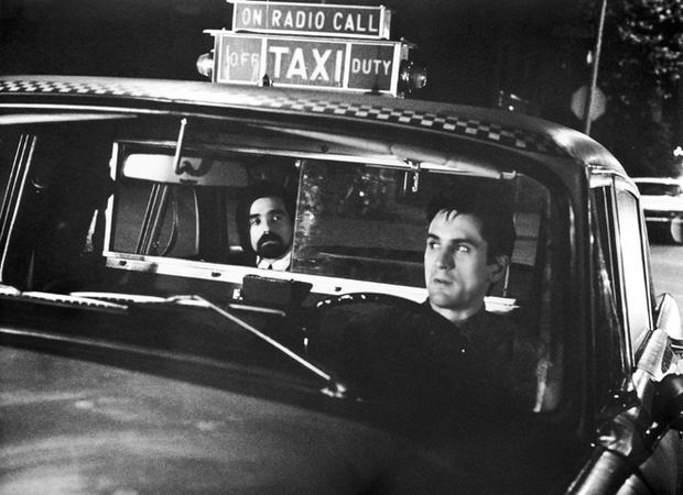 Martin Scorsese en el taxi de Robert de Niro durante el rodaje de Taxi Driver