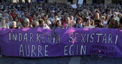 Miles de personas se concentran en Bilbao como protesta a una violación en manada