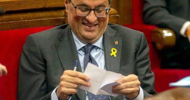 Torra ríe en el Parlamento catalán. En España y por la democracia es necesario actuar de inmediato.
