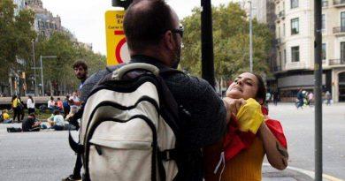 Momento en el que un fascista catalanista agrede a una mujer agarrándola del cuello por llevar una bandera de España.jpg