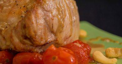 Carne asada con crema de ajos, anacardos y tomates cherry. Por Diana Cabrera