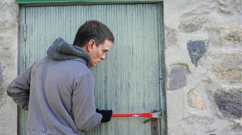 Con la cizalla en mano para asaltar España, Sánchez recuerda que hay días que es mejor no levantarse. Ilustración de Tano