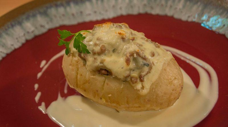 Patata rellena de Musaka. Imagen de Rodolfo Arévalo