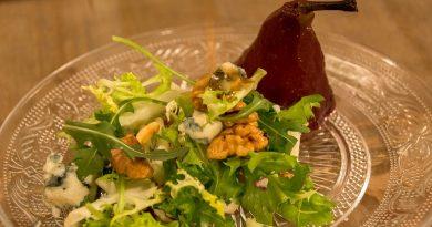 Ensalada de fiesta con peras al vino y frutos secos. Por Diana Cabrera