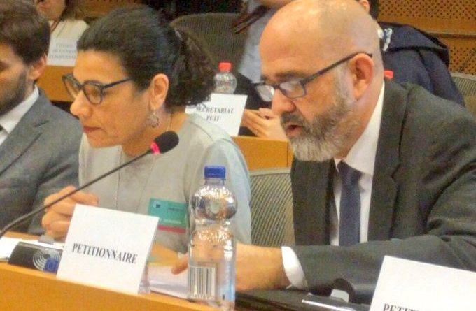Ana Losada y Carlos Silva hoy en el Parlamento europeo denunciando la discriminación causada por los inquisidores y comisarios del catalán.