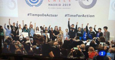 Puños en alto reivindicando el comunismo en la #COP25. Los votos cautivos de la izquierda