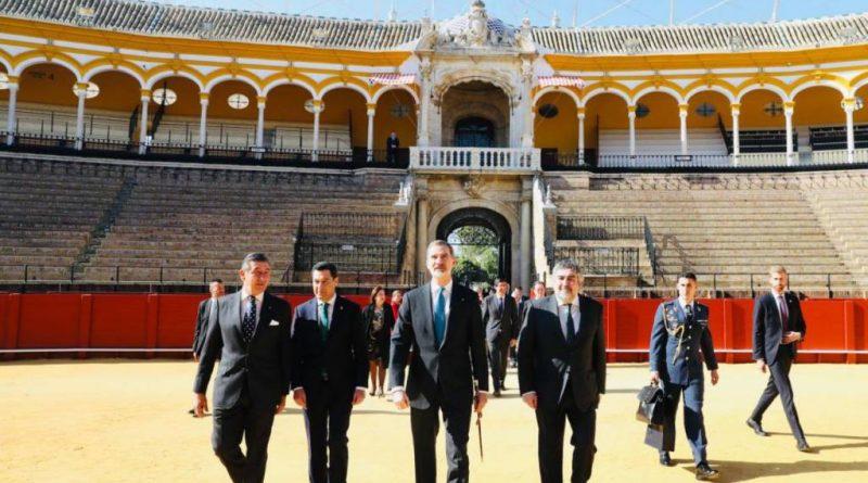 El rey Felipe VI llega al ruedo de la Real Maestranza para presidir el acto de entrega de sus Premios Taurinos y Universitarios. Imagen de la Casa Real