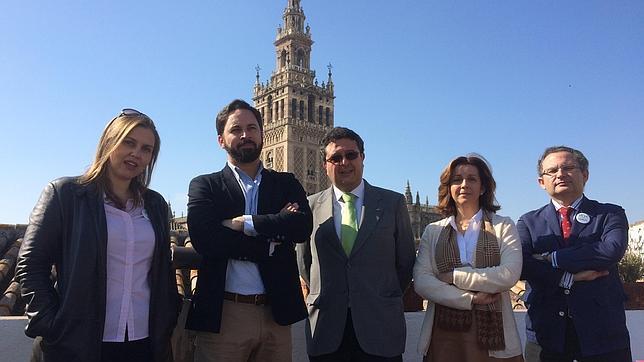 Negro sobre blanco ante la dimisión de la presidenta de Vox en Sevilla, María José Piñero. De izquierda a derecha: Cristina Peláez,