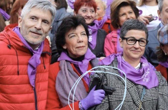 Ministra del gobierno que decía desconocer el peligro del brote de coronavirusEspana manifestándose con guantes antialérgicos horas antes de anunciar medidas severas contra ese brote