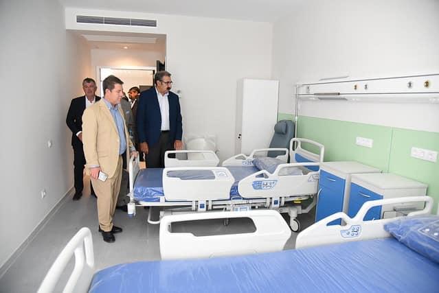 Otra toma de la sesión fotográfica de García-Page en el Hospital antes de las elecciones.