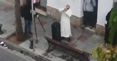 A las iglesias las obligan a suspender sus misas, y a éstos musulmanes nadie les impide reunirse a rezar en las calles