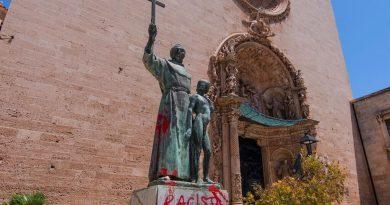 Aparece la estatua vandalizada de Fray Junípero en Palma. Foto de EFE para Vozpópuli