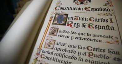 Un ejemplar de la Constitución Española de 1978 llevaba una década depositado en una vitrina enfrente del bar del Parlamento Europeo