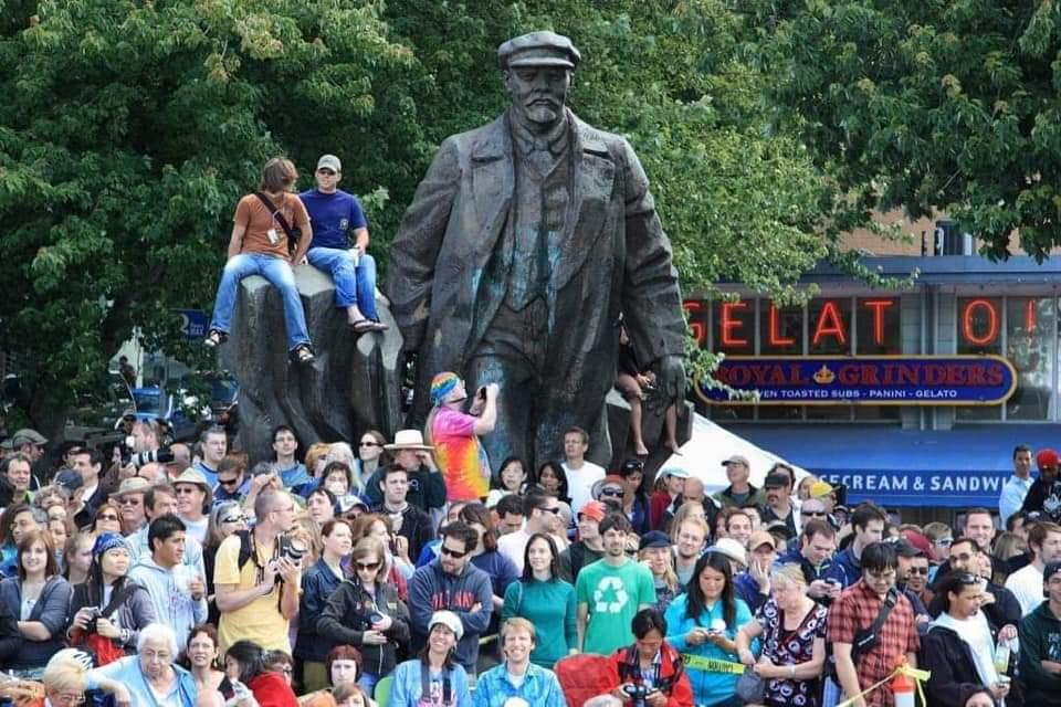 Vivimos en una sociedad de esclavos que atacan la estatua de Churchill, pero se hacen fotos en la de Lenin.