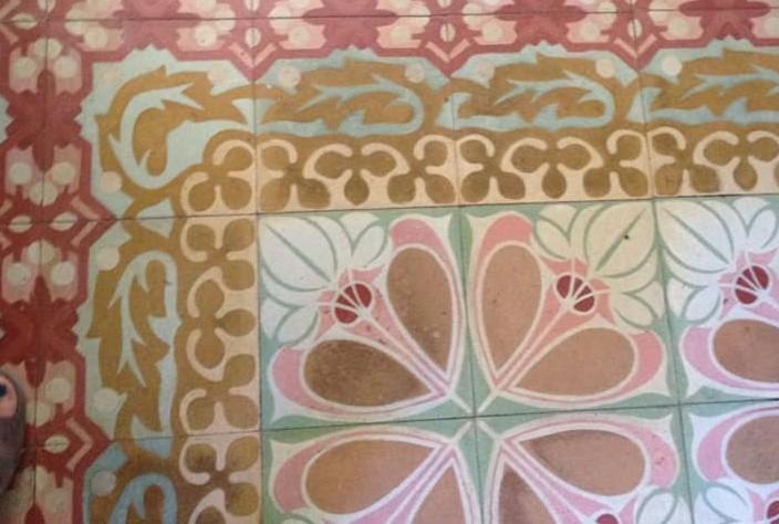 Los azulejos se los había cambiado a una anciana en La Habana Vieja por comida para dos semanas