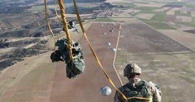 se equipo con el paracaídas y salto aquella misma noche