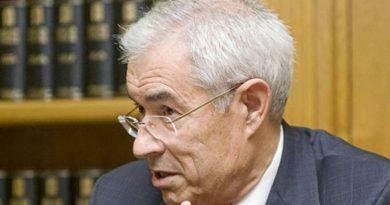 El científico E,milio Bouza.  A Cataluña el ministro Illa no se atreverá ni a sugerirles que tomen aspirina