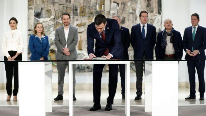 España, el país con más daño económico por el Covid-19. En la imagen momento de la firma de la subida del salario mínimo con patronal y sindicatows.