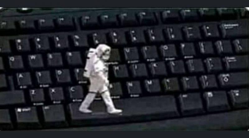El ministro Pedro Duque caminando por el espacio visitado por la Nasa española