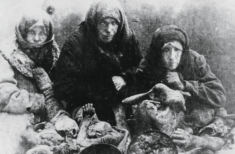 El Holodomor, genocidio ucraniano, un terrible botón de muestra.