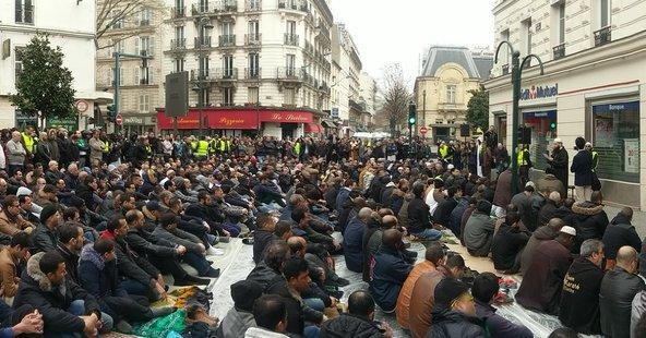 En España, deberíamos empezar a poner nuestras barbas a remojar. En la imagen   musulmanes rezando en la calle como protesta, porque les han cerrado mezquita islamista radical en Clichy (París, Francia),