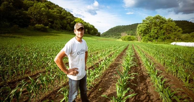 Quieren hacernos creer que en el mundo no hay cabida para la agricultura y la ganadería. En la imagen de Agrónoma: joven agricultor