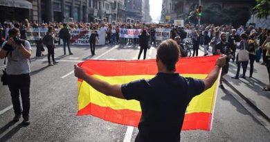 bandera de españa contra los populistas