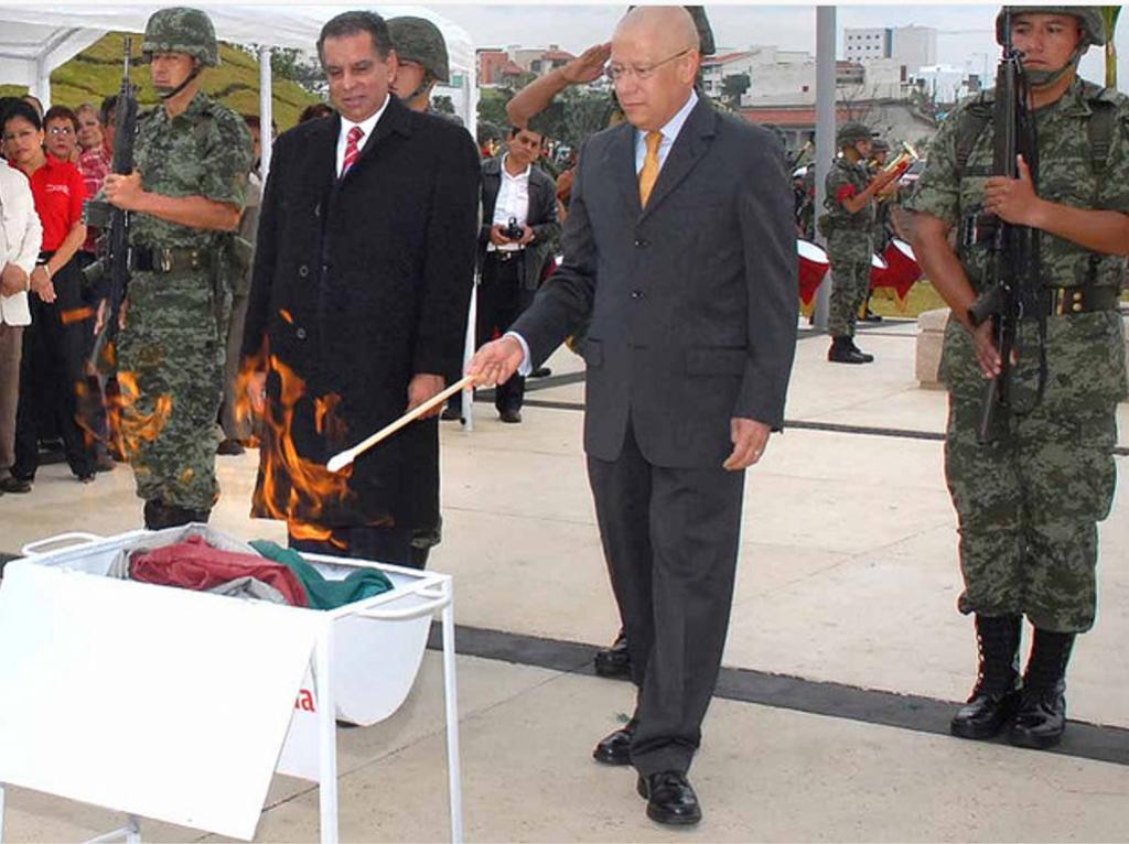 Ceremonia incineración de la Bandera Nacional