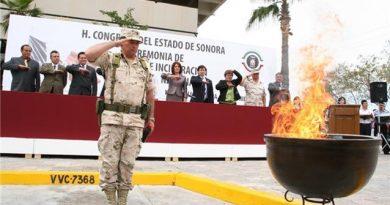 Ceremonias pública de incineración y reposición de banderas ante autoridades locales