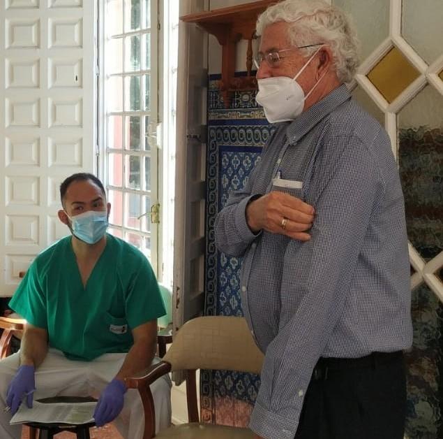 Ernesto Castro, Psiquiatra, Director Médico, vacunándose