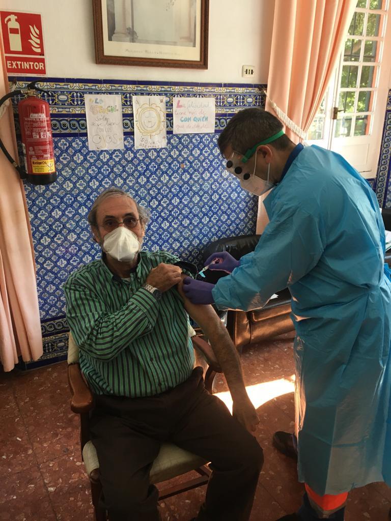Vacunándose Carlos Von Schmiterlow, Médico psiquiatra,Presidente del Consejo de Admnistración