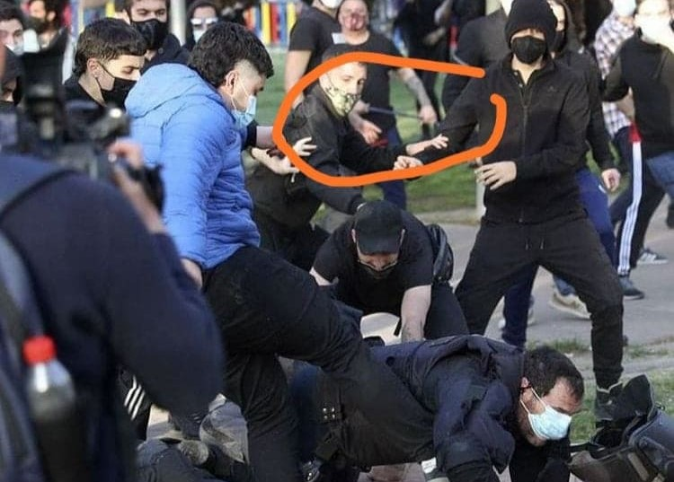 Si se fijan en el círculo puede verse a un Pacífico manifestante con una porra extensible de acero.