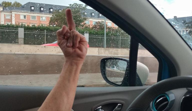 Cada vez más gente levanta el dedo anular cuando pasa por la nacional seis a la altura del Palacio de la Moncloa