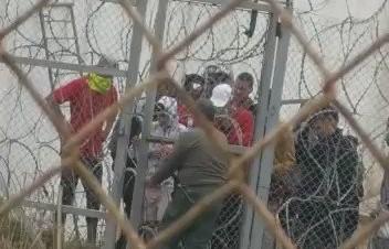La policía de Marruecos abriendo en Ceuta  la verja de la zona neutral para que siga pasando gente...