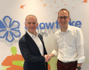 Cirium CEO, Jeremy Bowen and Snowflake CEO, Ian Painter, Snowflake CEO celebrate signed agreement