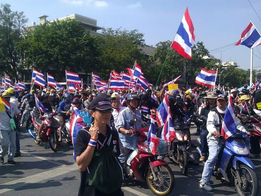 Protesters_on_motorcycles_in_Bangkok,_1_December_2013