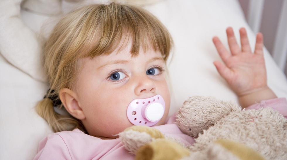 Smokken er ofte en god venn det er trist å si farvel til. Bruk gjerne tid på å forberede barnet på det som skal skje. Illustrasjonsfoto: Shutterstock