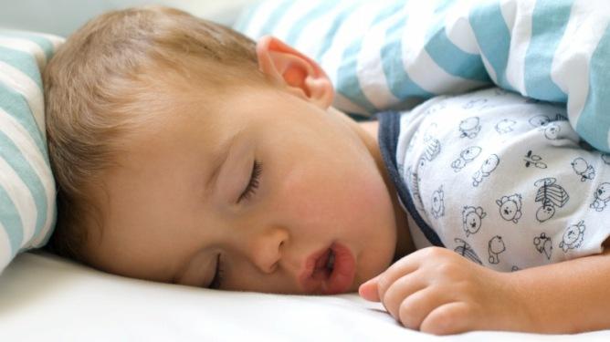 Hva er vel deiligere enn å se sitt lille barn sove? Rart hvordan alle dagens strabaser bare fordufter da... Illustrasjonsfoto: Crestock