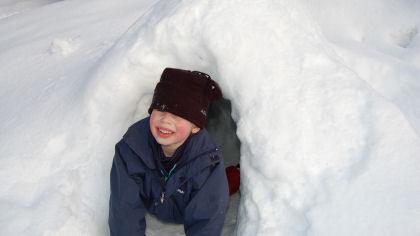 Leke og bygge i snø