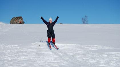 Lek med ski på beina