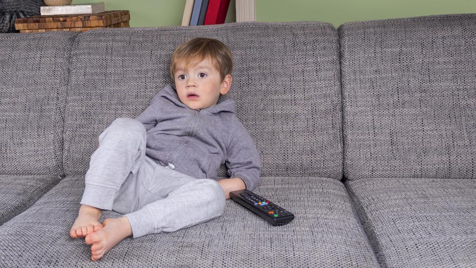 Selv om en kunne ønske det, er det vanskelig å skjerme barnet for voldsomme nyheter.  Ill.foto: Crestock