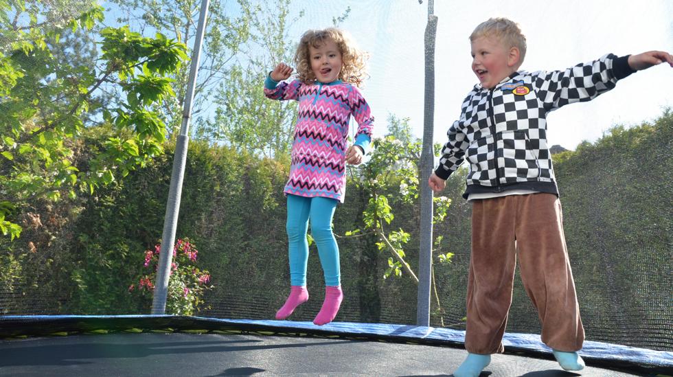 Lykkelige barn i høye svev. Foto: Janet Molde Hollund